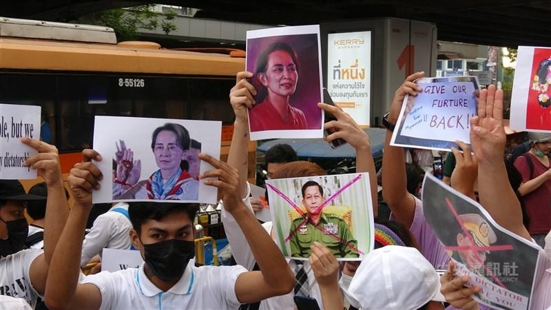 緬甸政變後被罷黜的前領袖翁山蘇姬和其他數名前政府官員又遭控涉貪。根據相關法條,翁山蘇姬一旦被定罪,最多可判15年有期徒刑。圖為泰國學運團體聲援翁山蘇姬。(中央社檔案照片)