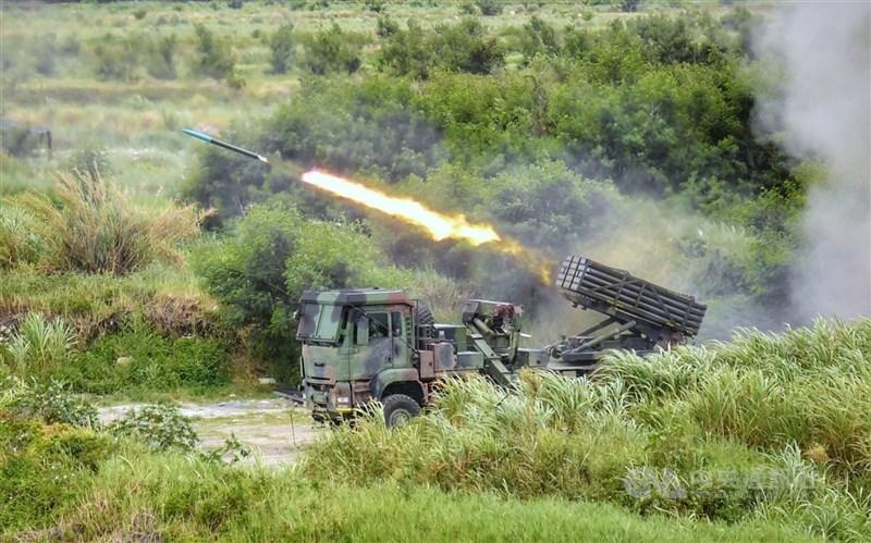 由於本土疫情嚴峻,原訂7月舉行的國軍漢光37號實兵實彈操演,將延後至9月實施。圖為2020年漢光演習,雷霆2000多管火箭系統在甲南海灘發射。(中央社檔案照片)