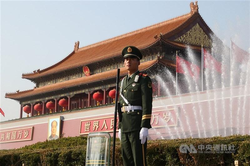 美國智庫一份新報告指出,北京的國際戰略著眼於建立中國在亞太地區的龍頭地位及國際秩序的領導力,美國若無法扭轉,可能會被邊緣化。圖為中國維安人員在天安門廣場周邊戒備。(中央社檔案照片)