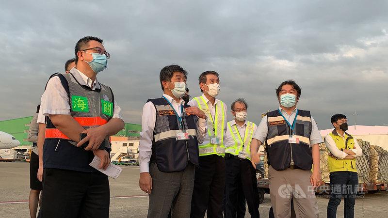 前交通部長林佳龍募資購入負壓隔離艙,首批在10日下午自日本東京啟航,晚間6時2分順利運抵桃園機場,衛福部長陳時中(左2)也親自前往接機。中央社記者葉臻攝 110年6月10日