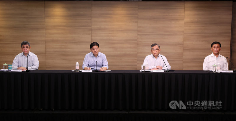 新加坡跨部會抗疫工作小組10日在線上記者會宣布,14 日起逐步放寬防疫措施。星國財政部長黃循財(左2)、衛生部長王乙康(右1)等人出席。(新加坡通訊及新聞部提供)中央社記者侯姿瑩新加坡傳真 110年6月10日