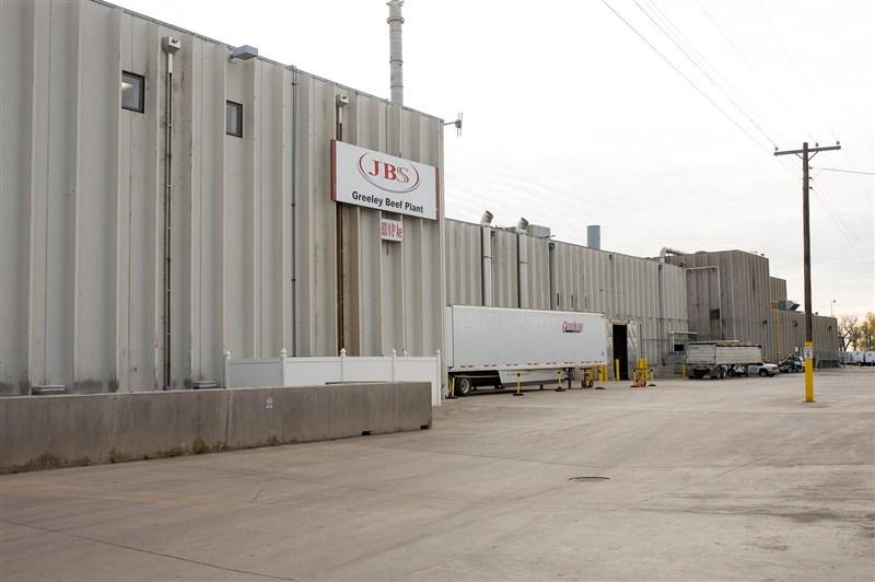 巴西肉品加工業者JBS美國子公司9日表示,支付1100萬美元的贖金給勒索軟體駭客。圖為JBS科羅拉多州格里利(Greeley)的牛肉加工廠。(圖取自facebook.com/JBSUSA)