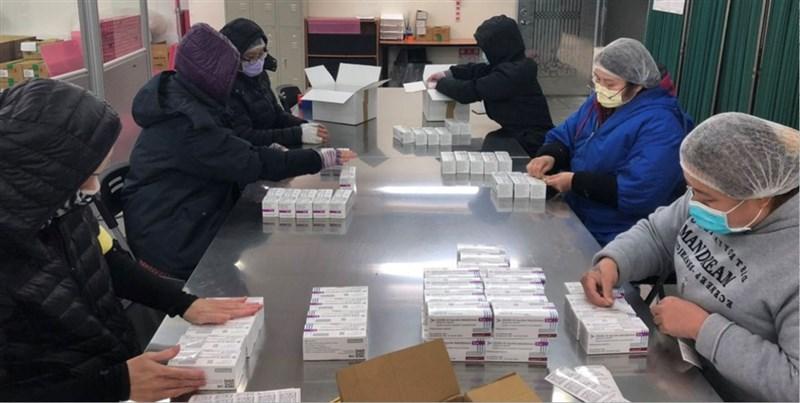 AZ疫苗傳曾找台灣代工生產,衛福部長陳時中10日對此表示,因台灣希望代工1億劑,AZ卻希望至少能生產3億劑,評估後認為有困難才沒談成。圖為AZ疫苗檢驗封緘作業。(衛福部食藥署提供)
