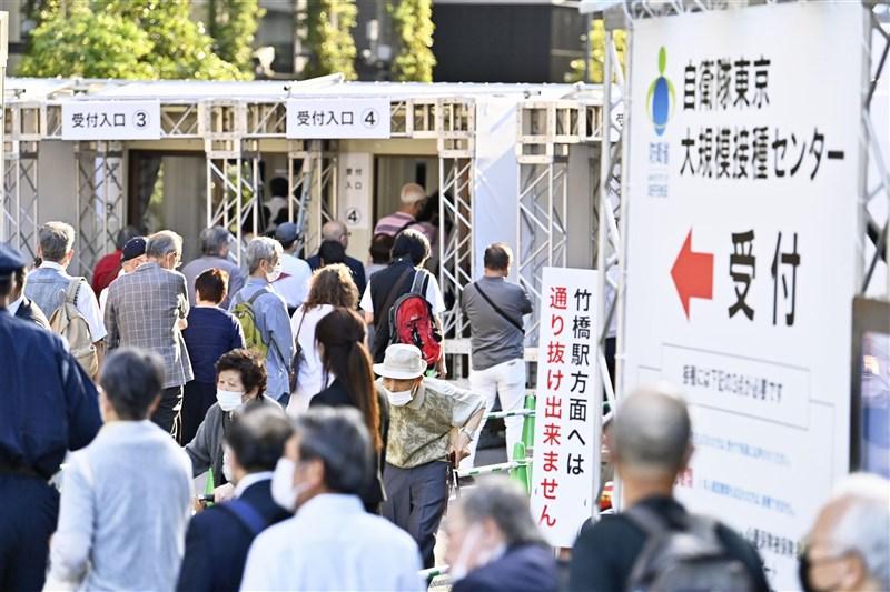 日本接種莫德納疫苗後出現首起死亡案例;接種輝瑞疫苗後累積355死,目前皆未認定死因與疫苗有關。圖為5月31日東京大規模接種現場。(共同社)