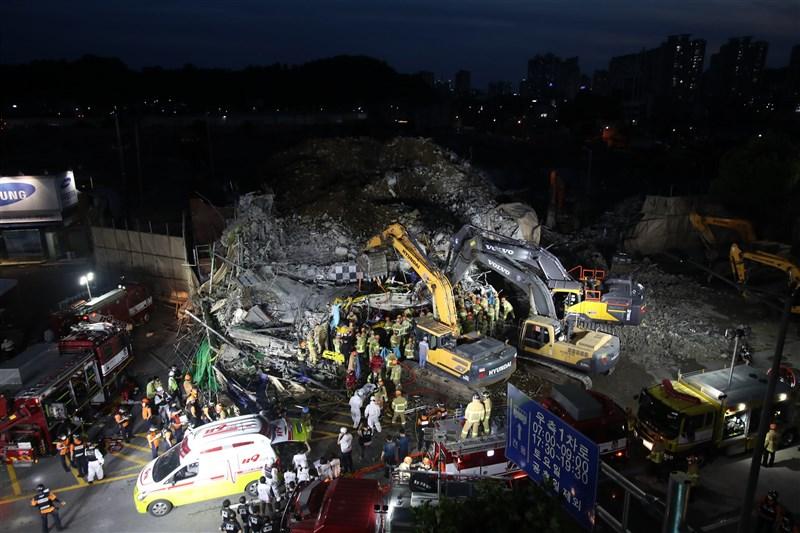 韓國光州市當地一棟5層樓建築9日在拆除過程中突然倒塌,並倒向一條繁忙街道,掩埋一輛巴士,至少造成9死、8傷。(韓聯社)