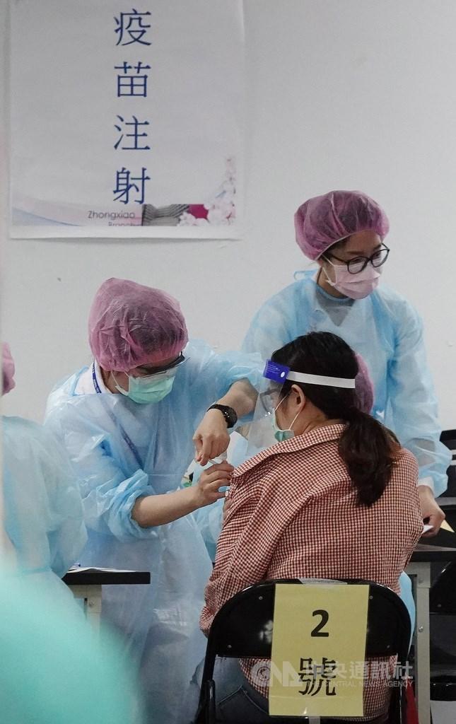 衛福部長陳時中10日表示,下一批AZ疫苗會保留給自費施打第一劑的人。(中央社檔案照片)
