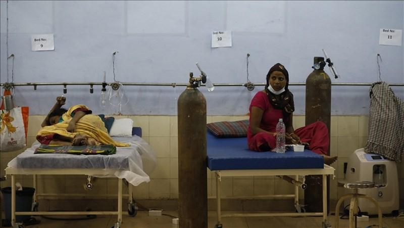 印度10日公布,過去24小時有6000多名COVID-19患者病歿,創下全球單日染疫死亡人數新高紀錄。圖為新德里5月26日被安置在護理中心的確診者。(安納杜魯新聞社)