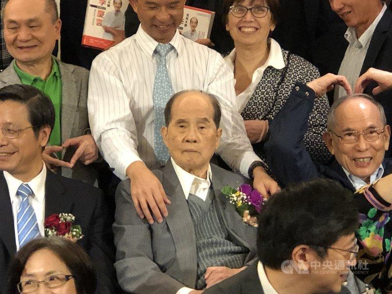 被譽為「台灣疫苗之父」的台大醫學院小兒科名譽教授李慶雲(前中)11日凌晨辭世,享壽94歲。圖為李慶雲去年1月出席口述傳記出版記者會。中央社記者江慧珺攝 110年6月11日