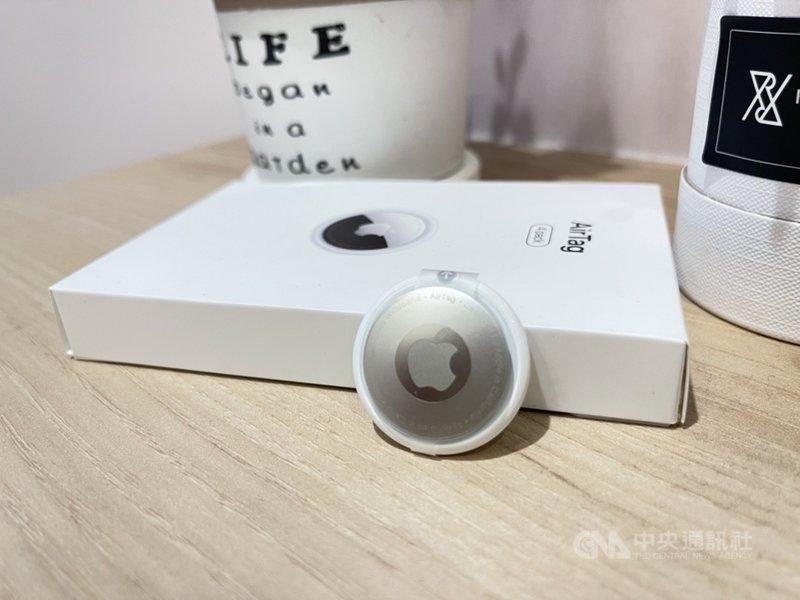 電信三雄11日宣布,將於6月16日開賣蘋果藍牙追蹤器AirTag,搭配指定資費可零元帶回家。中央社記者吳家豪攝 110年6月11日