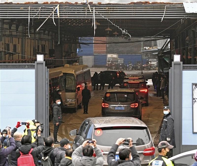 美國總統拜登10日與英國首相強生舉行雙邊會談,支持WHO對包含中國在內的疫情起源展開下一階段調查。圖為1月31日WHO專家小組參訪武漢華南海鮮市場。(共同社)