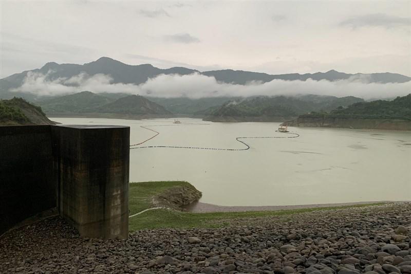 5月底起連續2波鋒面降雨,台南曾文、烏山頭及南化等3座主要水庫水位全面回升,挹注逾1億公噸蓄水量。圖為6月8日的曾文水庫。(南區水資源局提供)