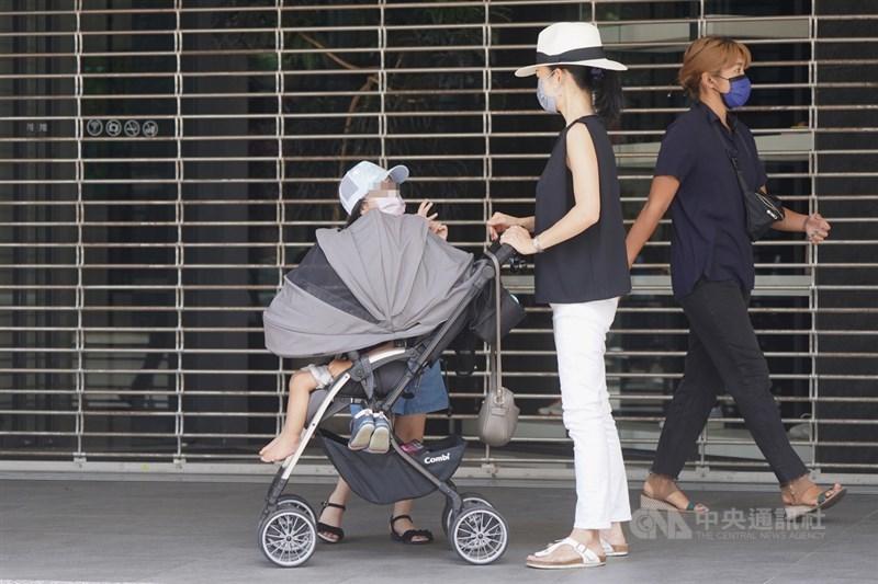 紓困4.0「孩童家庭防疫補貼」15日起申領,約250萬人受惠。(中央社檔案照片)