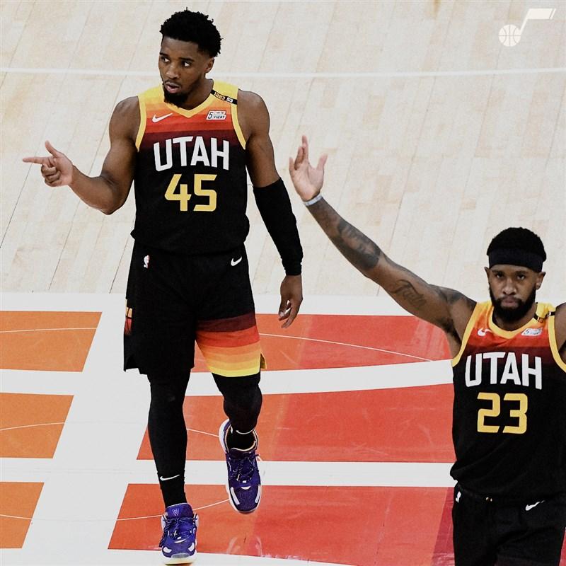 NBA爵士10日在密契爾(左)轟下全場最高37分帶領下,以117比111拿下對快艇系列賽的2連勝。(圖取自twitter.com/utahjazz)