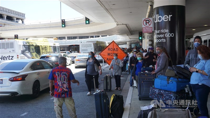 美國疫苗日漸普及,洛杉磯國際機場逐漸恢復往日的忙碌景象。中央社記者林宏翰洛杉磯攝 110年6月11日