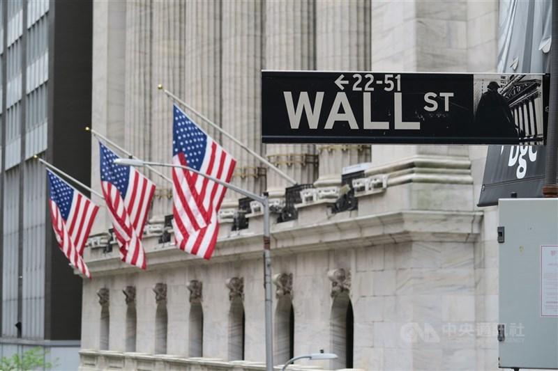 華爾街股市10日收紅,標準普爾500指數上漲19.63點寫下新高。圖為華爾街路標與紐約證券交易所。(中央社檔案照片)