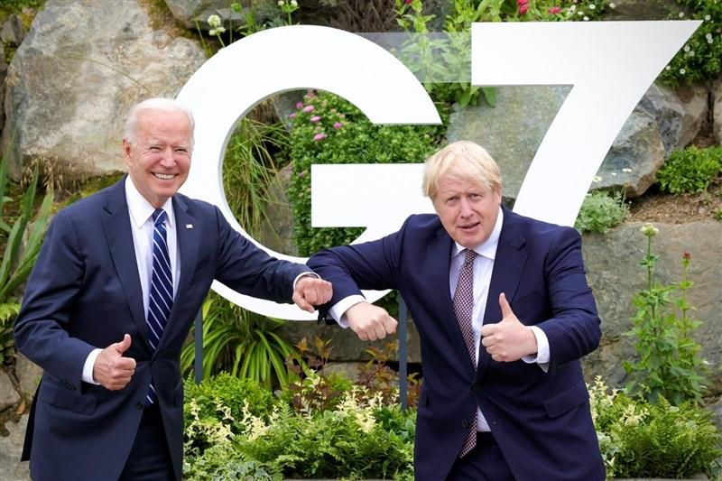在七大工業國集團(G7)峰會前夕,英國首相強生(右)10日與美國總統拜登(左)首度舉行面對面會談。(圖取自facebook.com/borisjohnson)