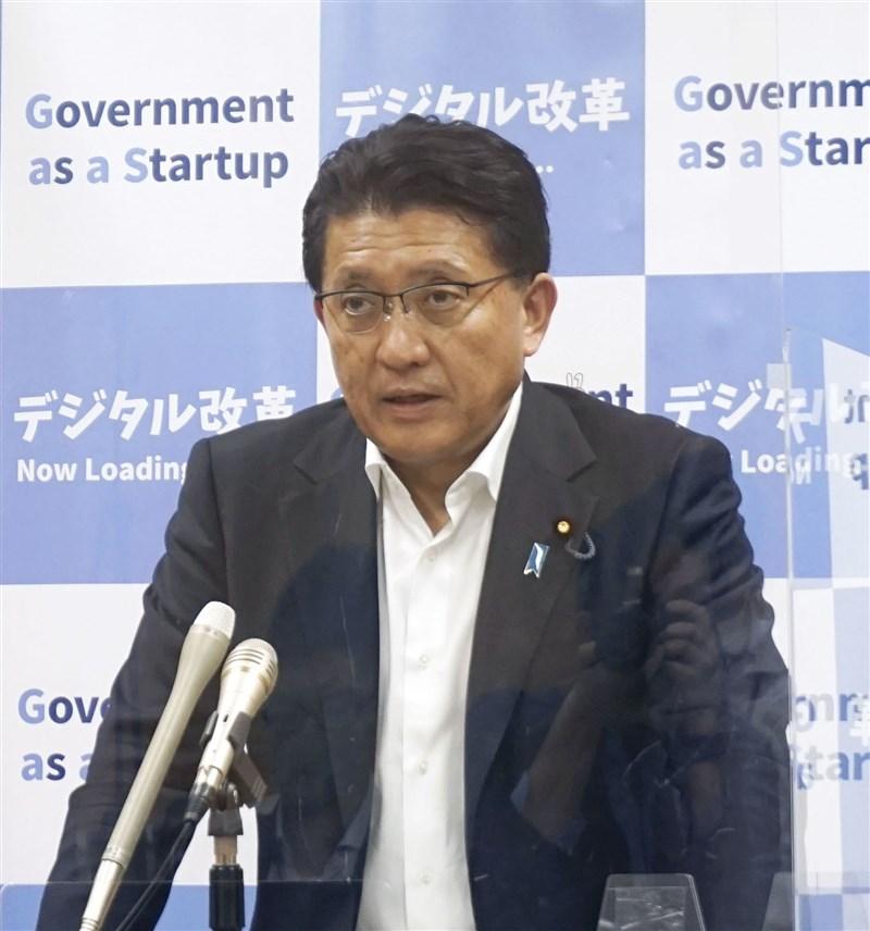 日本數位改革大臣平井卓也(圖)被媒體爆料,為了要承包開發東京奧運App的廠商降價,對負責談判的部下說「可以去威脅他們」等語;他11日出面道歉。(共同社)