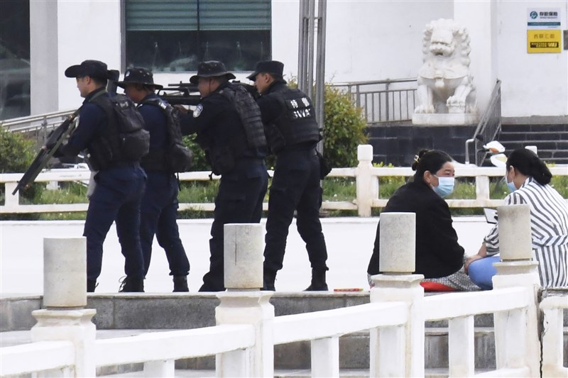 人權團體國際特赦組織10日公布報告指出,中國「有系統性地、國家組織型大規模羈押、酷刑和迫害,已構成反人類罪」。圖為5月2日警察在新疆喀什廣場持槍訓練。(共同社)