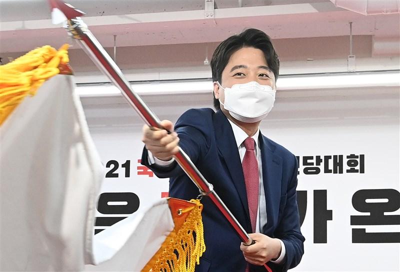 活躍於韓國綜藝節目的36歲新創企業家李俊錫11日當選保守派反對黨國民力量黨黨魁,將領導黨角逐2022年總統選舉。他誓言終結韓國分化、惡毒的政治環境。(韓聯社)