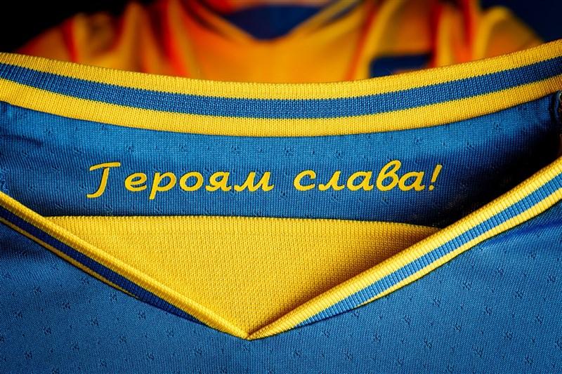烏克蘭2020歐國盃球衣上具有「榮耀歸於英雄」的字樣,歐洲足球總會要求移除。(圖取自facebook.com/andriy.pavelko)