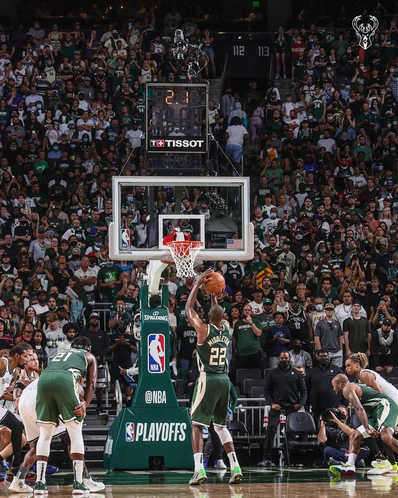 NBA公鹿10日靠著密道頓(前中)終場前關鍵兩罰俱中,以及「字母哥」的聯手帶領下以86比83險勝籃網。(圖取自twitter.com/Bucks)