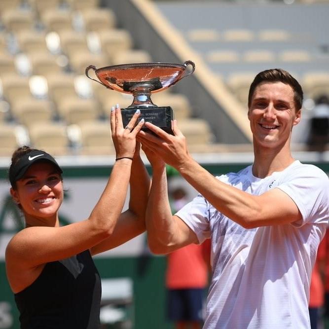 法國網球公開賽10日舉行混雙決賽,由美國網球選手柯拉芙琪珂(左)與搭檔英國男網選手索茲柏瑞勝出。(圖取自facebook.com/RolandGarros)