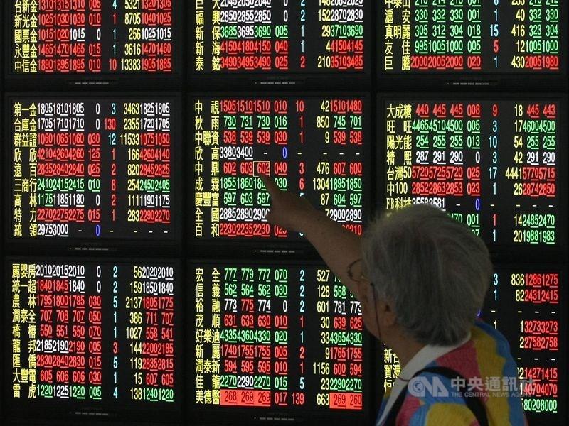美科技股走高,但11日台股資金流向傳產股,盤中航運股成交金額超過半導體族群,指數越過17200點。(中央社檔案照片)