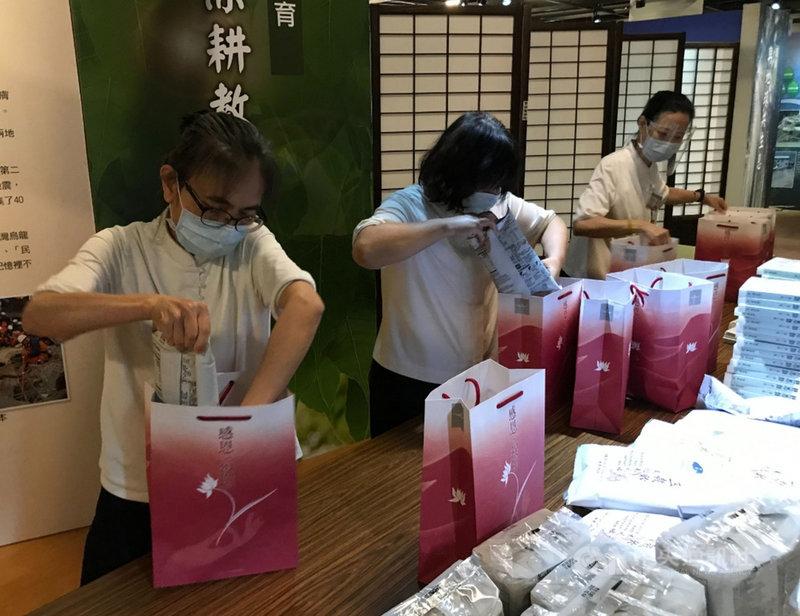 慈濟基金會表示,疫情使得居家隔離民眾遽增,台北市政府有向基金會申請「安心祝福包」,6月份已陸續規劃打包運送,11日全數交予北市府。(慈濟基金會提供)中央社記者吳欣紜傳真 110年6月11日