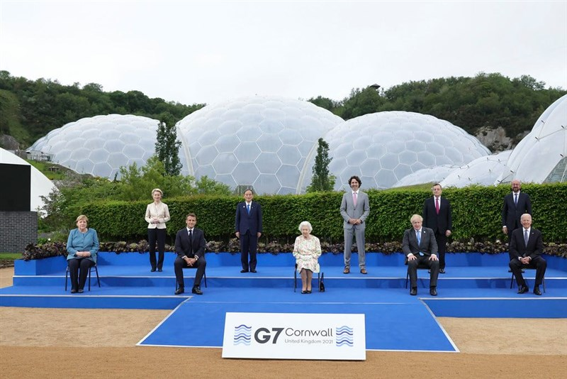 在英格蘭西南部舉行的七大工業國集團會議上,法國總統馬克宏(前左2)告訴英國首相強生(前右2),英法兩國有共同利益,但強生必須遵守脫歐協議,兩國關係才能改善。(圖取自facebook.com/borisjohnson)