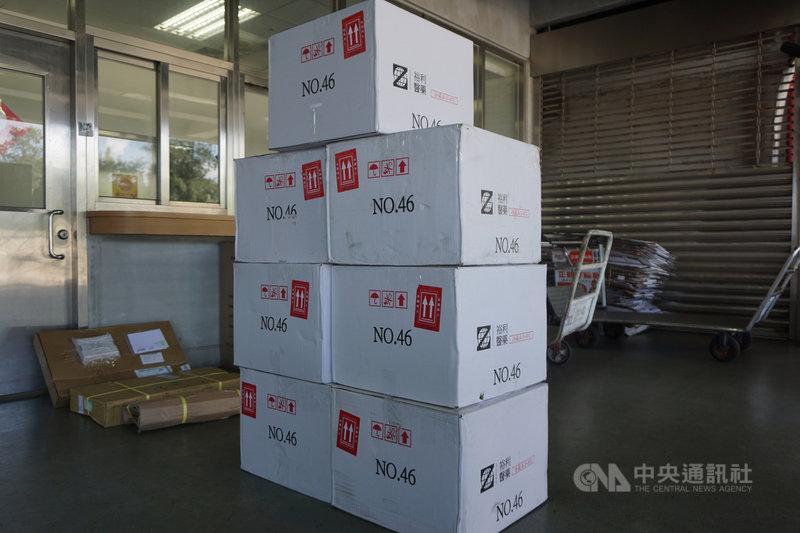 日本贈送台灣124萬劑AZ疫苗,其中1萬1200劑12日運抵金門,9家合約院所13日將陸續領回,15日起正式展開疫苗接種。中央社記者黃慧敏攝  110年6月12日