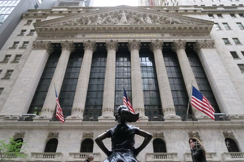 美股11日盤中漲跌震盪,終場收紅再創新高。圖為紐約證交所外觀。(中央社檔案照片)