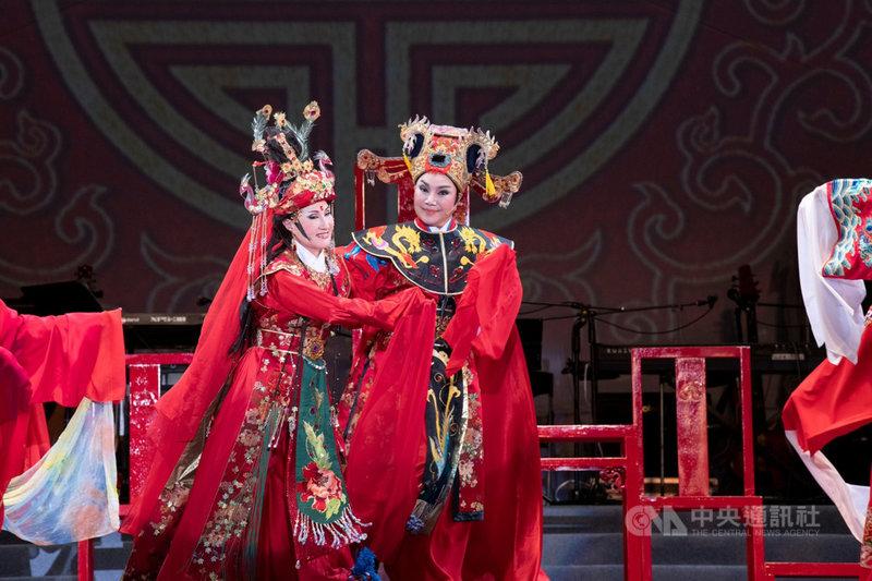 中華文化總會12日晚間將把 唐美雲歌仔戲團2020年在凱達格蘭大道演出的「天官賜福慶端午」影片上架臉書及YouTube,陪觀眾「宅」在家度過端午連假。(文化總會提供)中央社記者王心妤傳真  110年6月12日