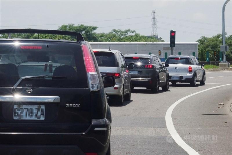 端午連續假期展開,配合全台防疫3級警戒,為減少區域移動,國道首度採取高強度的嚴格匝道儀控,但也讓六都國道交流道都出現回堵情形。圖為國道一號桃園段北上匝道12日午後車輛排隊等候前行。中央社記者施宗暉攝 110年6月12日
