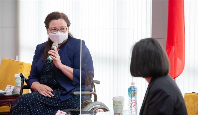 總統蔡英文(右)6日接見美國聯邦參議員訪團,參議員達克沃絲(左)長年在美國國會為台灣發聲,對台灣而言,是有力的支持。(總統府提供)中央社記者葉素萍傳真 110年6月6日