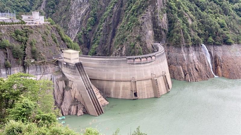 上週梅雨鋒面降雨後,德基水庫蓄水量已緩步回升至18%,加上近日集水區多場午後雷陣雨,離發電水位的1350公尺更近一步。(大甲溪發電廠提供)