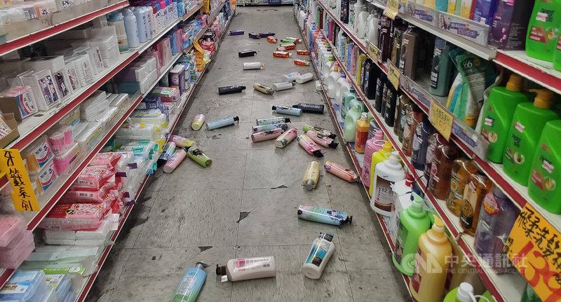 台東12日清晨發生規模5.3地震,3鄉鎮震度達4級,許多人尚在睡夢中,被劇烈搖晃驚醒,賣場物品也掉落地面。中央社記者盧太城台東攝 110年6月12日