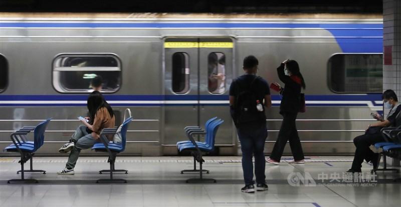 台灣11日新增286例本土、1例境外,另新增24例死亡病例。圖為台鐵端午連假疏運期加強防疫,要求每個車廂乘載率不超過2成,除減班外,由於旅客自發性退票,座位利用率未達5%。中央社記者張新偉攝 110年6月11日