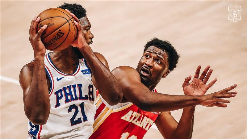 NBA球星恩比德(左)11日有27分、9籃板、8助攻的全能表現,讓76人一路領先,最終127比111擊敗老鷹,在系列賽2比1領先。(圖取自twitter.com/sixers)