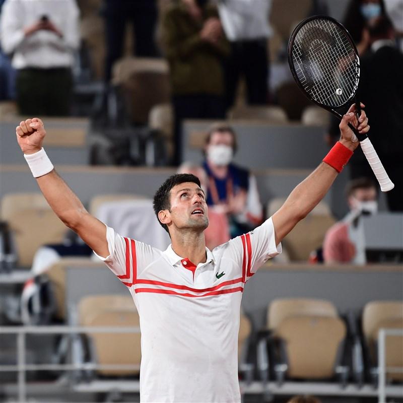 塞爾維亞球星喬科維奇(前)11日以3比1擊敗西班牙猛將納達爾,取得法網男單決賽資格,將與首位闖進大滿貫賽決賽的希臘新星西西帕斯爭冠。(圖取自twitter.com/rolandgarros)