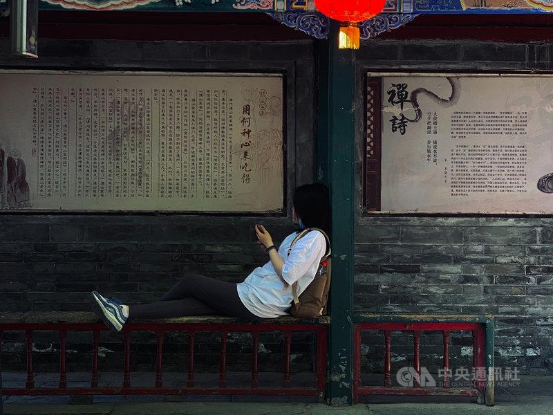 中國近年內部競爭壓力轉趨激烈,又被稱為「內卷化」,與之相映的則是年輕世代無力反抗、「不想努力」的「躺平主義」作為。圖為在北京一處古蹟休憩的年輕人。中央社記者繆宗翰北京攝 110年6月13日