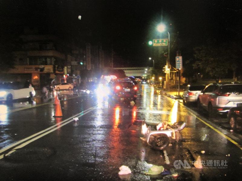 台中市南屯區12日晚間發生一起機車與賓士車碰撞事故,肇事地點位於永春東路與豐富路口,機車女騎士頭部重創送醫不治,警方指出,雙方駕駛都沒飲酒,肇事原因待進一步釐清。(民眾提供)中央社記者郝雪卿傳真 110年6月13日