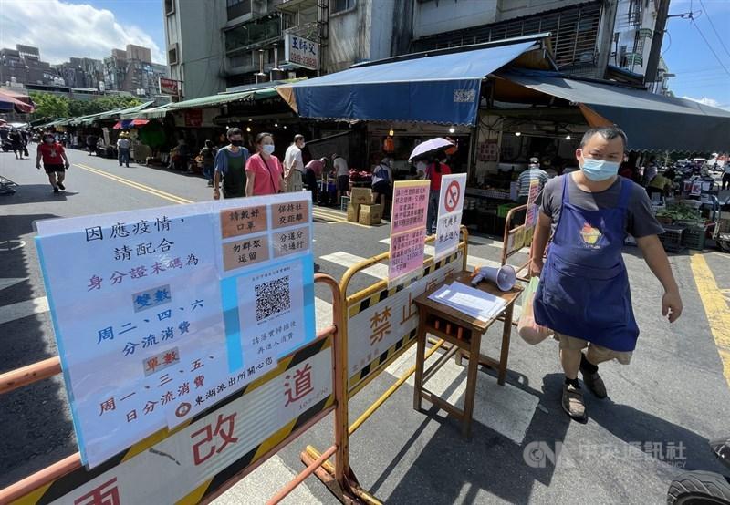 氣象局13日表示,台灣未來一週受西南風影響,中南部以南易有不定時降雨,其他地區多為午後雷陣雨。圖為北市民眾依傳統市場人員分流規定進入採買。中央社記者鄭傑文攝 110年6月13日
