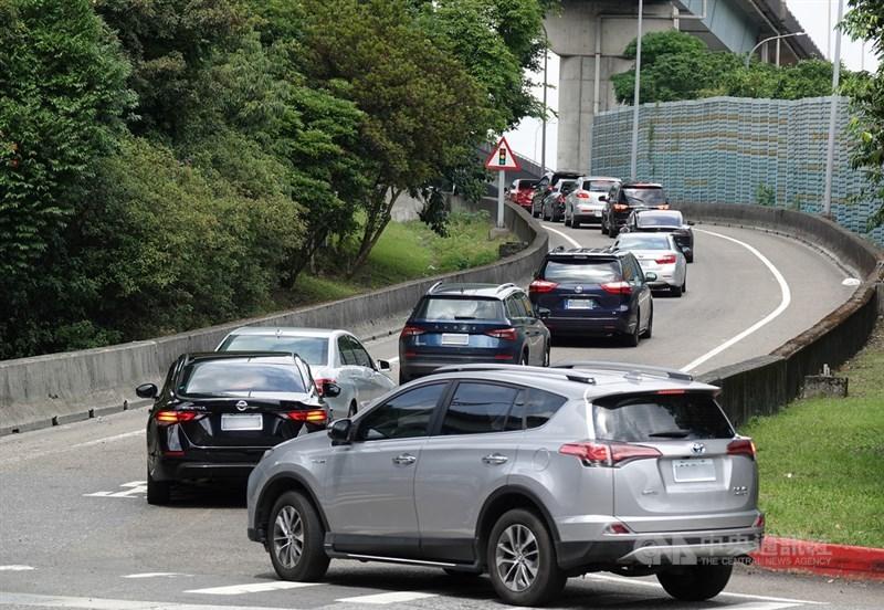 因應疫情,交通部高速公路局表示,端午連假期間國道採嚴格匝道儀控,13日連假第2天,部分匝道仍有車流回堵。中央社記者鄭傑文攝 110年6月13日