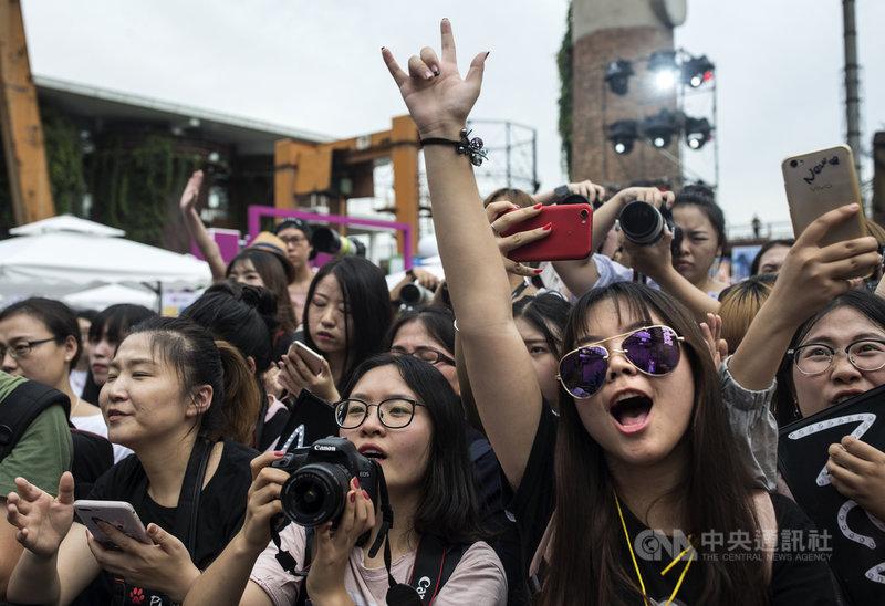中國對飯圈文化的整頓持續進行,日前官方提出「清項專案」後,網路巨頭騰訊今宣布配合政策嚴打;此外,中國民航局宣布,將嚴懲在機場的不理性追星行為。圖為2017年一場在北京舉辦的偶像粉絲嘉年華。(中新社提供)中央社 110年6月13日