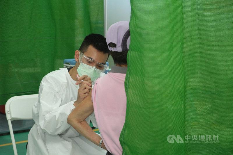 台南市政府13日在3個大型接種站展開第1類到第5類優先對象的武漢肺炎疫苗施打,民眾在接受評估後由護理人員施打。中央社記者楊思瑞攝 110年6月13日