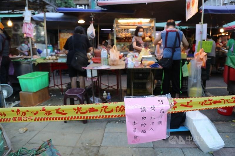 台北市加強市場容留管制,12日將市場周邊可能進出的道路拉起封鎖線,只留單一入口,控制人流,降低群聚感染風險。中央社記者張皓安攝 110年6月12日