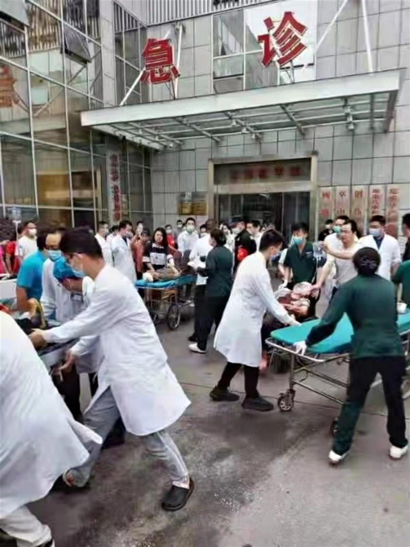中國湖北省十堰市一座社區13日清晨發生天然氣爆炸,當地一座已經開市的市場遭炸毀,截至上午11時已有11 人死亡。圖為民眾被送往醫院救治。(讀者提供)中央社 110年6月13日