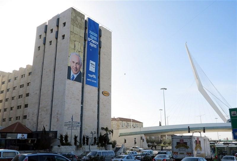 以色列國會13日將表決是否變天,讓意識形態相左政黨組成的一個聯合政府上台執政。圖為耶路撒冷公路總站附近曾掛出以總理尼坦雅胡為號召的大型選舉廣告。(中央社檔案照片)
