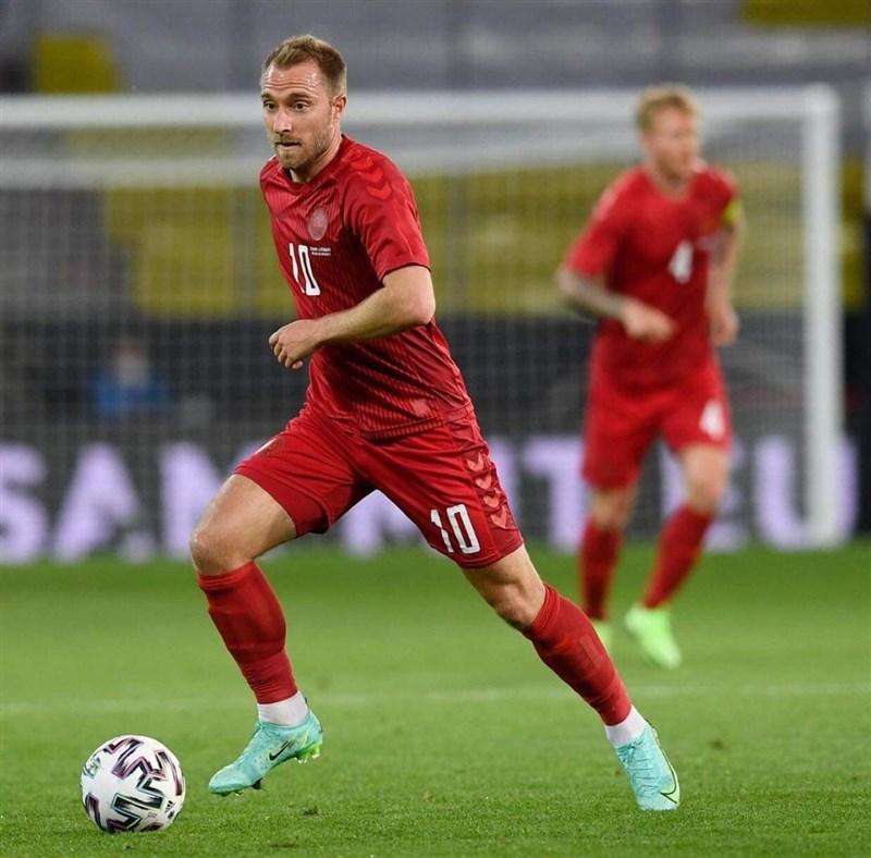 2020歐洲國家盃足球賽丹麥12日對上芬蘭時,陣中的艾利克森(前)突然倒地,經現場急救撿回一命,嚇壞球迷。(圖取自facebook.com/ChristianEriksenOfficial)