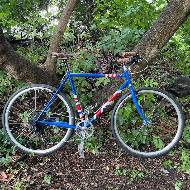 美國總統拜登11日G7高峰會上,致贈英國首相強生一輛美國手工製造的腳踏車。(圖取自facebook.com/phillybikeexpo)